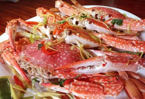 Du lịch Phú Quốc ngoài những điểm check in du khách còn thưởng thức món ghẹ Hàm Ninh