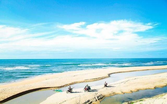 Biển Suối Ồ được phân tách bằng triền cát trải dài